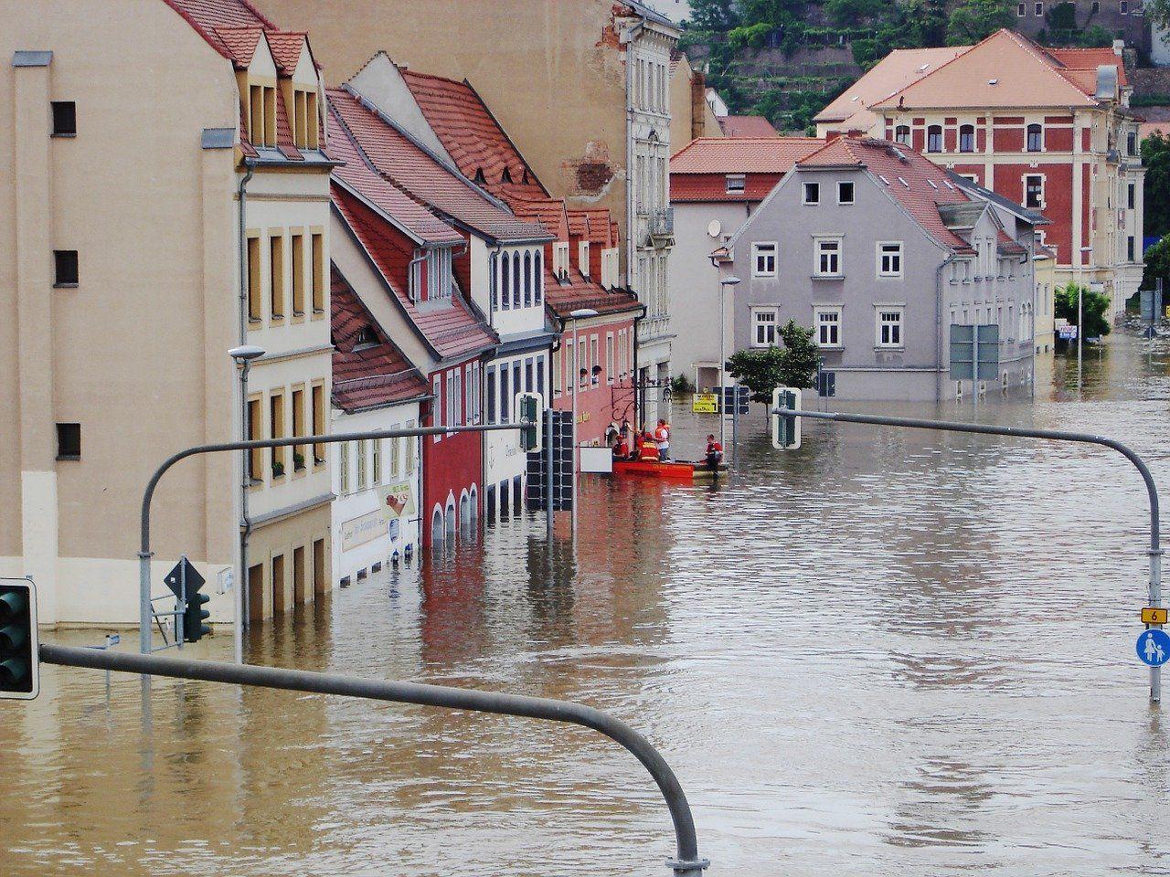 Überschwemmte Straße bei Hochwasser der Elbe